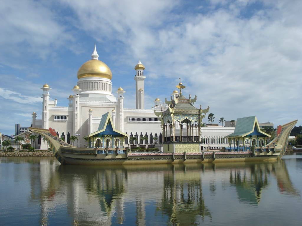 Sultan Omar Ali Saifuddien Mosque, Brunei - by DWI BUDHI CAHYONO Follow dbcvision:Flickr