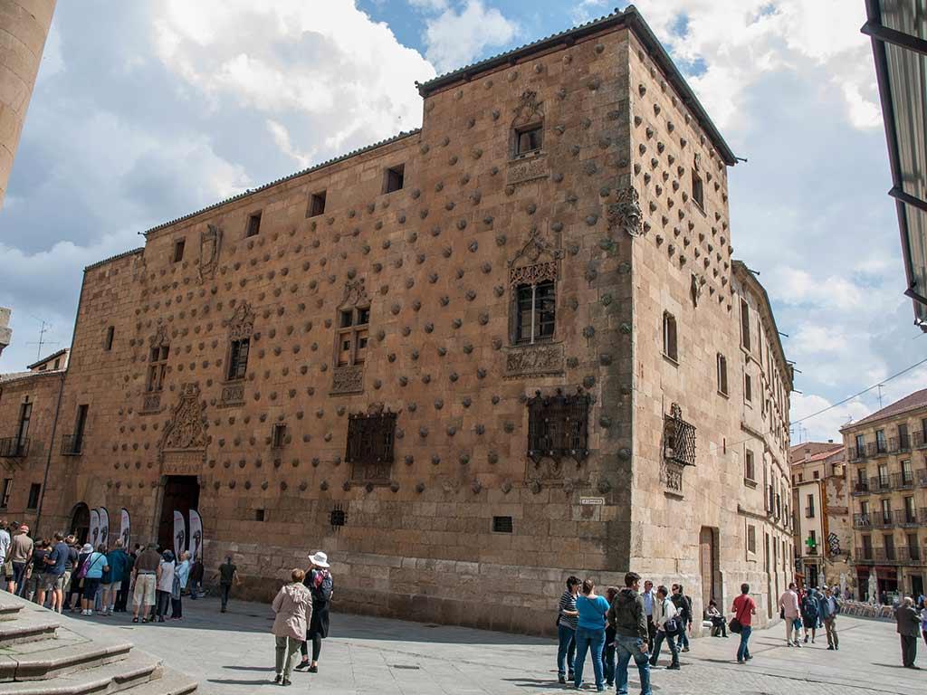 Casa de las Conchas, Salamanca - by Luis Daniel Carbia Cabeza / Flickr.com