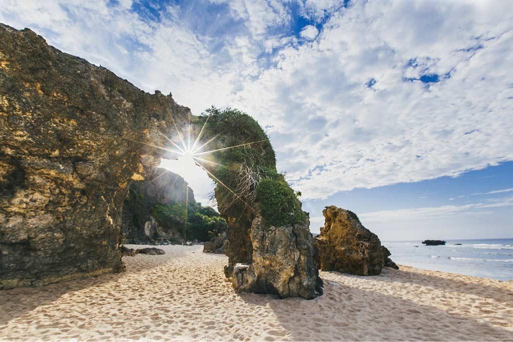 Morong Beach, Batanes - by Jcabatuan / Wikimedia Commons