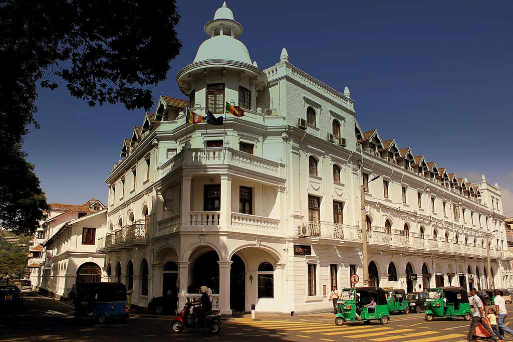 Queen's Hotel, Kandy - by calflier001 / Wikimedia Commons