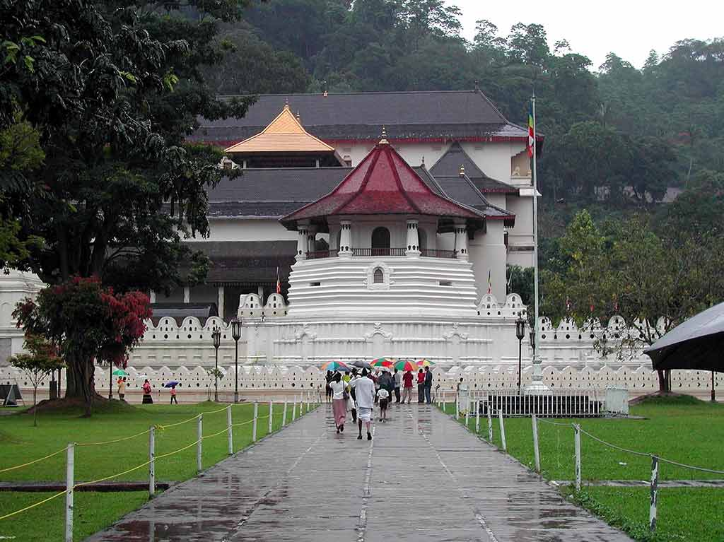 Temple of the Sacred Tooth Relic, Kandy - by DEZALB / Pixabay.com