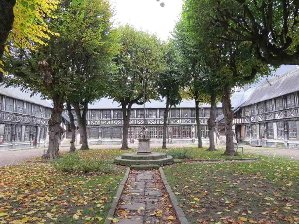 Aître Saint-Maclou, Rouen - by Giogo / Wikipedia