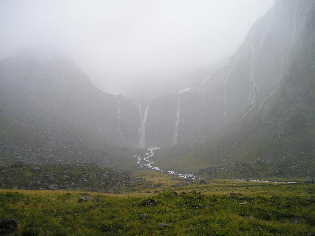 Browne Waterfalls, Doubtful Sound, New Zealand by Simon/Pixabay