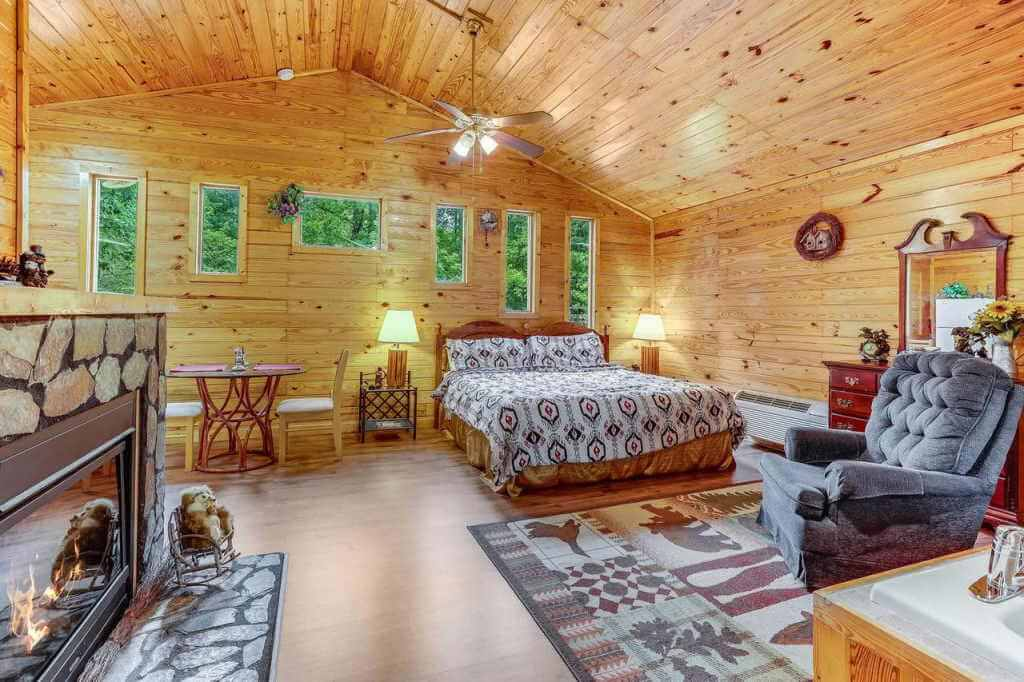 Cuddles, 1 Bedroom Studio, Walk to Downtown and Hiking Trails!, Gatlinburg - Booking.com