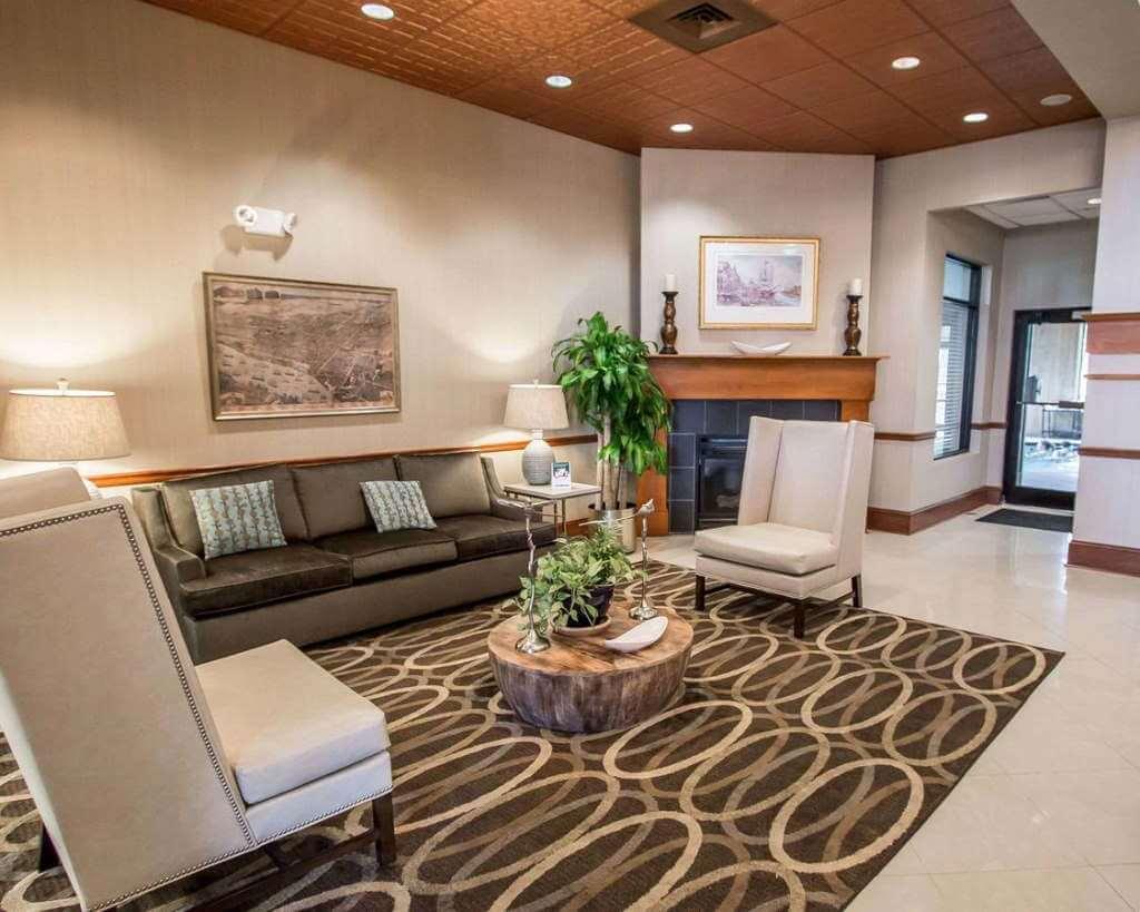 Comfort Suites Historic District, Savannah, GA - by booking.com