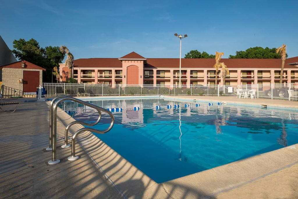 Outdoor pool at the pet friendly Red Roof Inn Virginia Beach-Norfolk Airport - by Booking.com
