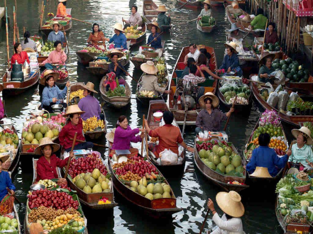 Floating market in Damnoen Saduak - By topten22_Shutterstock.com
