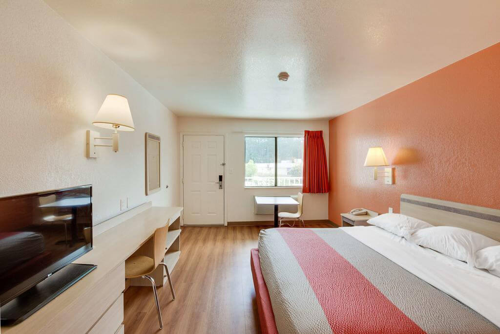 Motel 6-Columbia - by Booking