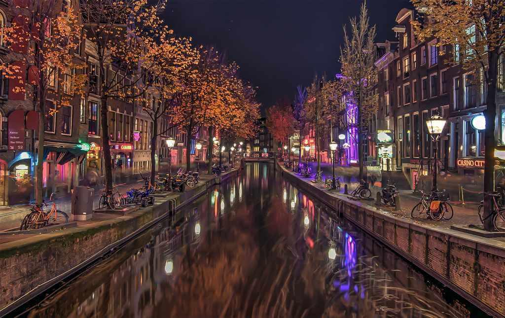 De Wallen, Amsterdam, The Netherlands - by Zoltan Tasi, Unsplash